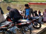 warga-menyeberangi-sungai-lesti-kecamatan-bantur-kabupaten-malang.jpg