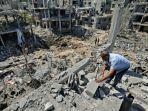 warga-palestina-melihat-kerusakan-akibat-serangan-udara-israel-di-beit-hanun-di-jalur-gaza-utara.jpg