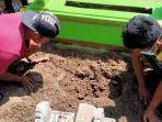 warga-pemdes-majungan-dan-polsek-pademawu-menggali-kuburan-bayi-di-tpu-majungan.jpg