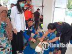 warga-pengungsi-banjir-yang-menjalani-pemeriksaan-di-posko-kecamatan-balerejo-kabupaten-madiun.jpg
