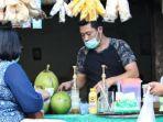 warga-surabaya-saat-membeli-es-kelapa-muda-hijau.jpg