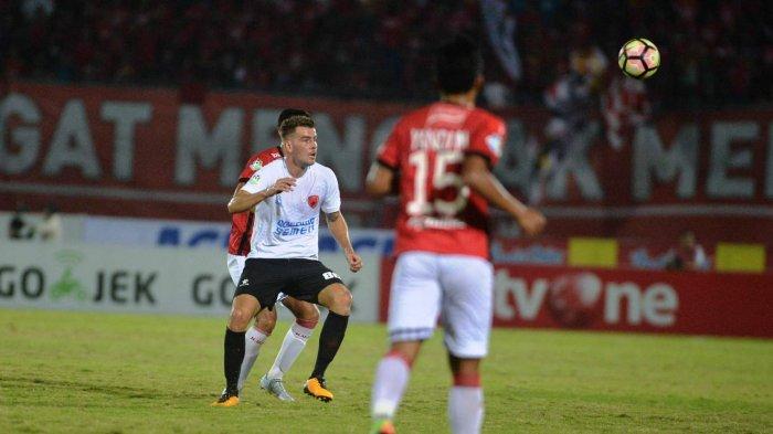 Playmaker PSM WIllem Jan Pluim saat bertanding membela PSM kontra tuan rumah Bali United di Stadion Wayan Dipta, Bali, 2017 lalu. Wiljan bakal kembali menjadi andalan PSM lawan BU malam ini.