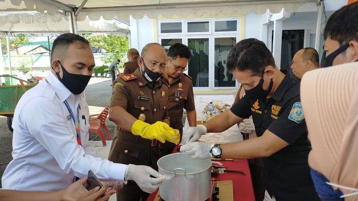 Kejaksaan Negeri Kota Palopo Musnahkan 37 Saset Sabu, Ribuan Botol Miras dan 11 Handphone