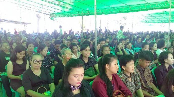 Ribuan Jemaat Ikuti Ibadah Jumat Agung di Gereja Katolik Paroki Maria Ratu Rosari Kare Makassar - aat-memadati-gereja-katolik-paroki-maria-ratu-rosari-kare.jpg