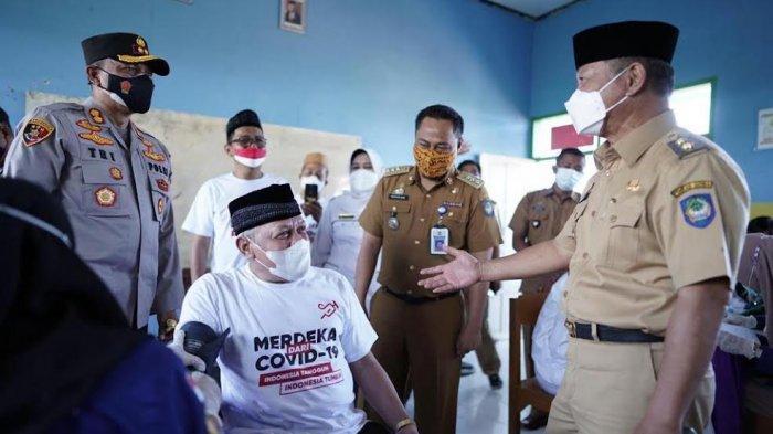 FOTO; Pemkab Gowa Target Cakupan Vaksinasi 70 Persen Desember 2021 - abd-rauf-malaganni-bersama-akbp-tri-goffaruddin-meninjau-pelaksanaan-vaksinasi-merdeka-3.jpg