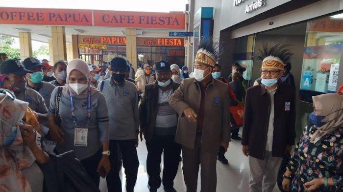Tiba di Bandara Sentani Jayapura, Abdul Hayat Disambut KKDB Papua - abdul-hayat-gani-tiba-di-bandara-internasional-sentani-jayapura-kamis-14102021-1.jpg