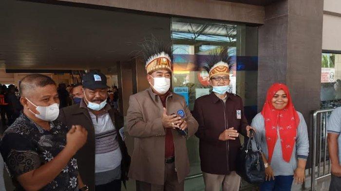 Tiba di Bandara Sentani Jayapura, Abdul Hayat Disambut KKDB Papua - abdul-hayat-gani-tiba-di-bandara-internasional-sentani-jayapura-kamis-14102021-4.jpg