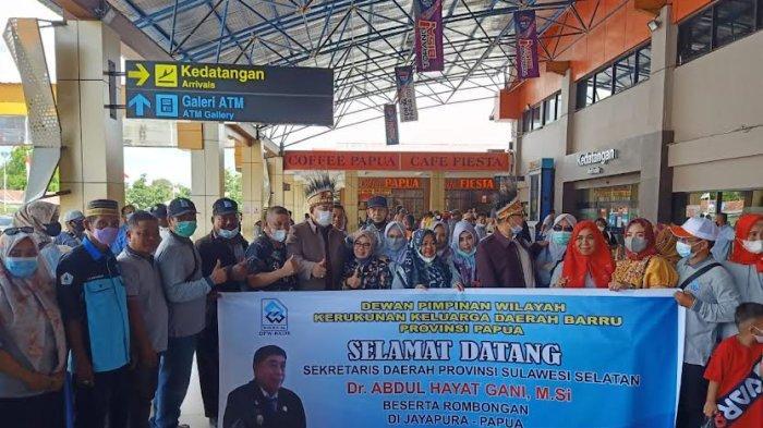 Tiba di Bandara Sentani Jayapura, Abdul Hayat Disambut KKDB Papua - abdul-hayat-gani-tiba-di-bandara-internasional-sentani-jayapura-kamis-141020212.jpg
