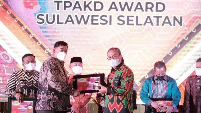 Abdul Hayat Gani Puji Pertemuan Industri Jasa Keuangan di Toraja Utara - abdul-hayat-menghadiri-acara-pertemuan-tahunan-industri-jasa-keuangan-di-toraja-utara-3.jpg