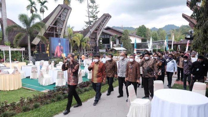 Abdul Hayat Gani Puji Pertemuan Industri Jasa Keuangan di Toraja Utara - abdul-hayat-menghadiri-acara-pertemuan-tahunan-industri-jasa-keuangan-di-toraja-utara-4.jpg