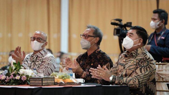Abdul Hayat Gani Puji Pertemuan Industri Jasa Keuangan di Toraja Utara - abdul-hayat-menghadiri-acara-pertemuan-tahunan-industri-jasa-keuangan-di-toraja-utara-5.jpg