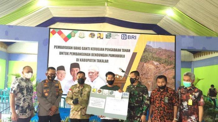 120 Warga Terima Pembayaran Ganti Rugi Lahan Pembangunan Bendungan Pamukkulu Tahap III
