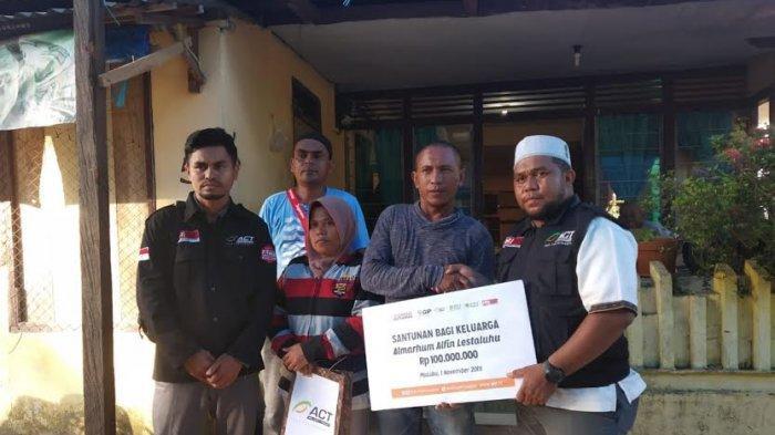 ACT Santuni Keluarga Almarhum Pemain Timnas U-16 Alfin Lestaluhu