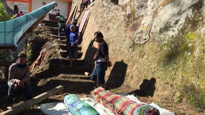 Ritual Ma'nene, Tradisi Unik Mengganti Baju Mayat di Toraja - adat-toraja_20160822_201405.jpg