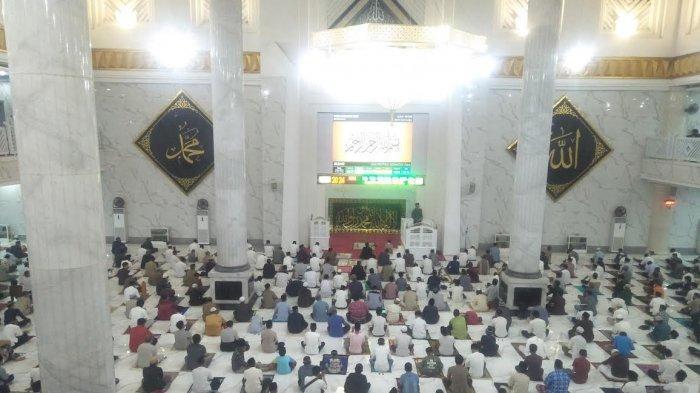 Salat Tarawih Pertama di Masjid Agung Syekh Yusuf Gowa, Bupati Adnan Ingatkan Taat Protkes
