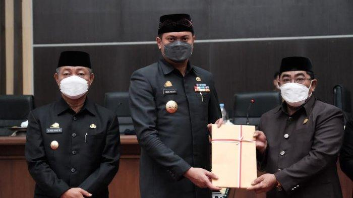 Foto; Pemkab Gowa Serahkan 3 Ranperda ke DPRD - adnan-purichta-ichsan-menyerahkan-tiga-ranperda-saat-rapat-paripurna-dprd-gowa-1.jpg