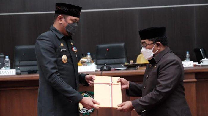 Foto; Pemkab Gowa Serahkan 3 Ranperda ke DPRD - adnan-purichta-ichsan-menyerahkan-tiga-ranperda-saat-rapat-paripurna-dprd-gowa-2.jpg