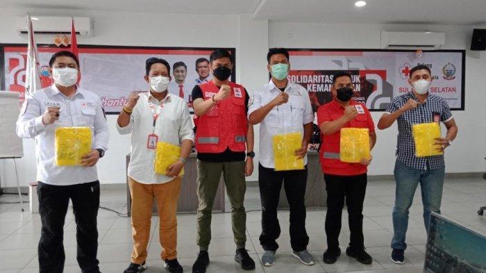 Achmad Daeng Se're Terima Bantuan APD dari PMI Sulsel