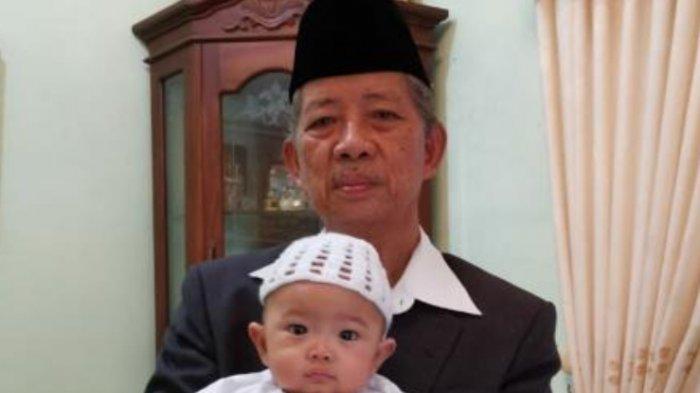 AGH Najamuddin Abd Shafa MA bersama cucu pertama