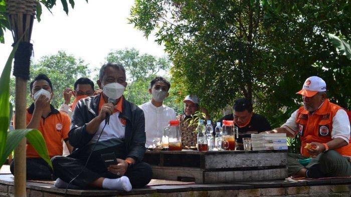 Presiden PKS Ahmad Syaikhu Duduk Lesehan Bareng Kader Muda Sulsel di Pinggir Sawah