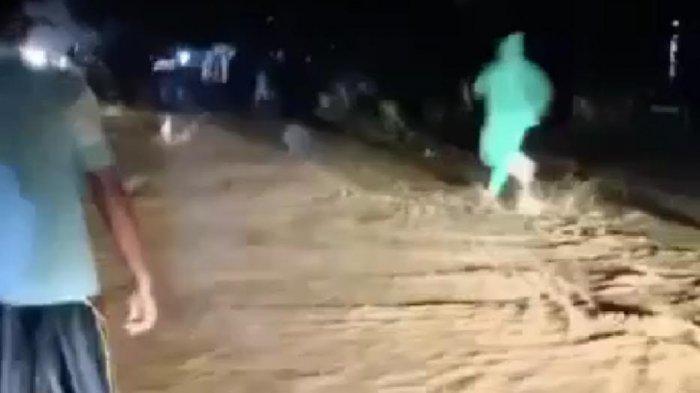 Hujan Deras, Air Meluap ke Jalan Poros Trans Sulawesi di Walenrang Luwu