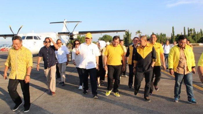 Ketua Umum Partai Golkar Airlangga Hartato tiba di Bandara Lama, Mandai, Kabupaten Maros, Sulawesi Selatan dengan menggunakan pesawat pribadi pada pukul 17.05 wita, Minggu (7/10/2018).