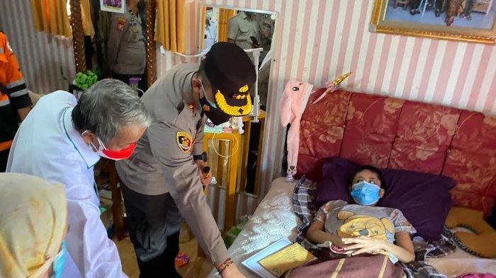Merdeka Itu Saling Berbagi, AKBP Andi Sinjaya dan dr Junwar Santuni Pasien Kanker di Enrekang