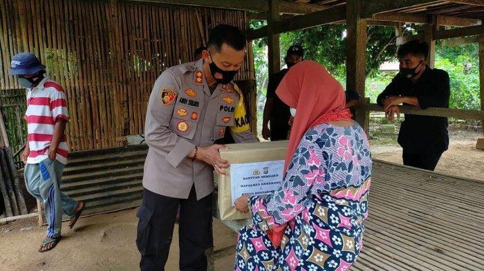 Tinggal Bertiga dengan Anaknya, Ibu Paruh Baya di Maiwa dapat Bantuan dari Kapolres Enrekang