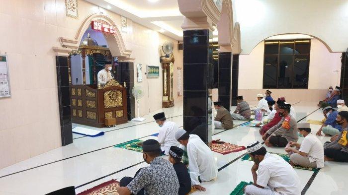 Program Syiar Ramadhan, Kapolres Enrekang Sampaikan Evaluasi dan Teguran Prokes Saat Tarawih