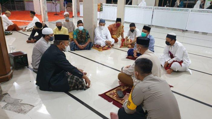 Salat Tarawih di Masjid Miftahul Khair Bamba, Kapolres Enrekang Koreksi Penerapan Prokes