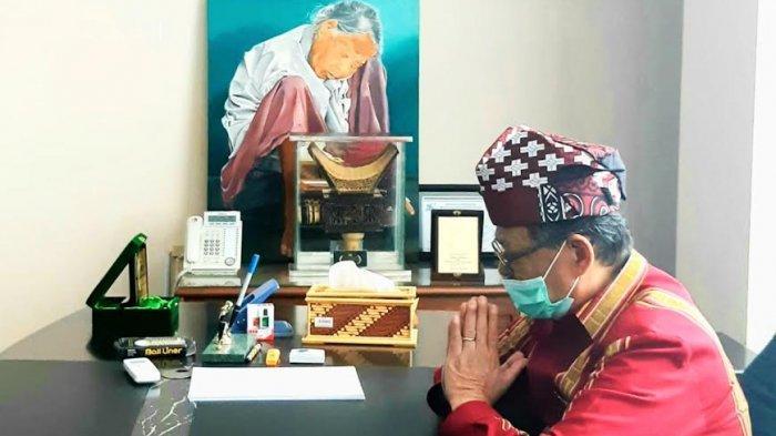 Gunakan Pakaian Adat Hari Terakhir Berkantor, Bupati Tana Toraja Pilih Berdoa di Ruangannya