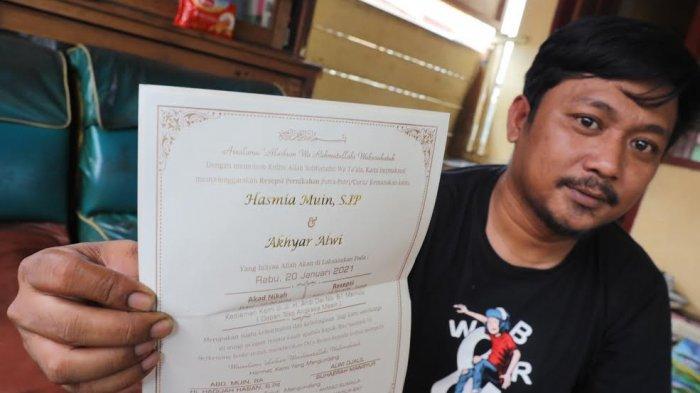 Akhyar Alwi memperlihatkan undangan pernikahannya di posko pramuka peduli di Jl Sultan Hasanuddin, Kabupaten Mamuju, Sulawesi Barat, Rabu (20/1/2021) pagi. Pemuda berusia 33 tahun ituterpaksa membatalkan acara akadnikahnya dengan Hasmia Muin (30)yang rencanya berlangsung hari ini akibat bencana gempa yang menimpa kabupaten mamuju. TRIBUN TIMUR/SANOVRA JR