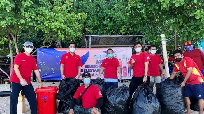 Meratus Line Aksi Bersih-Bersih di Pulau Samalona