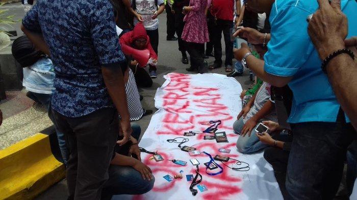 Aksi Solidaritas Jurnalis Bone Kecam Kekerasan Wartawan di Tugu Jam Watampone