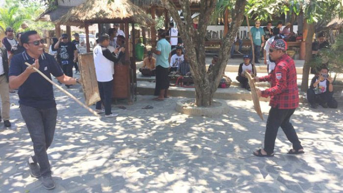 VIDEO: 'Duel' Peresean Peserta Fam Trip PHRI Sulsel di Desa Sade Lombok NTB