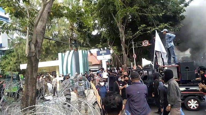 Demo Tolak RUU Omnibus Law di Depan Kantor DPRD Sulsel Ricuh