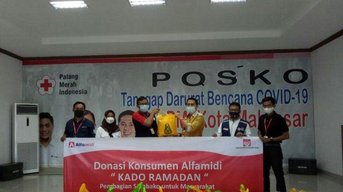 Alfamidi bekerjasama dengan PMI Makassar menyalurkan bantuan Sembako sebagai bagian dari roadshow Donasi Konsumen Alfamidi