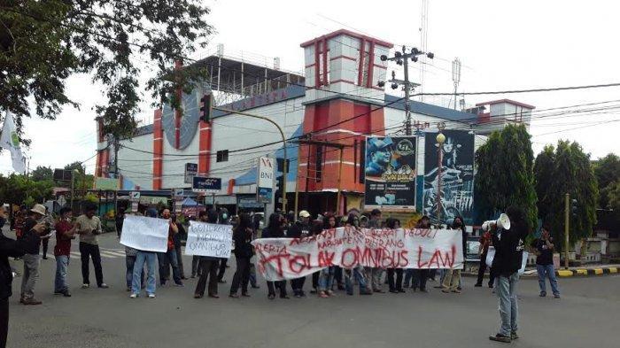 Tolak Omnibus Law, Aliansi Masyarakat Pinrang Long March dari Mal Sejahtera Menuju Patung Lasinrang