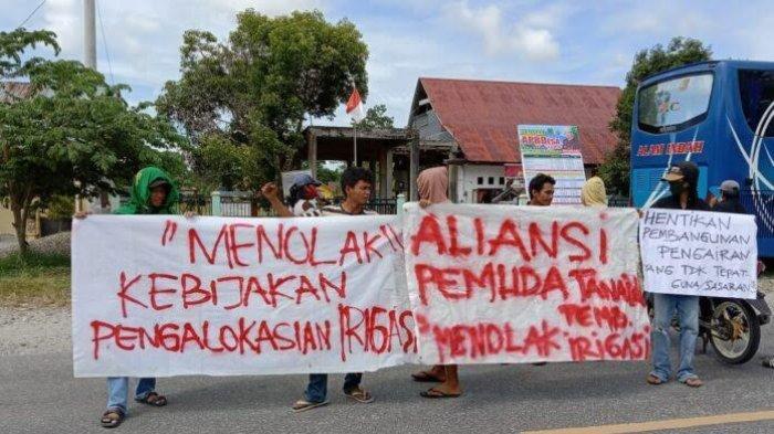 Protes Pembangunan Irigasi, Pemuda Tanalili Luwu Utara Demo di Depan Kantor Desa Bungadidi