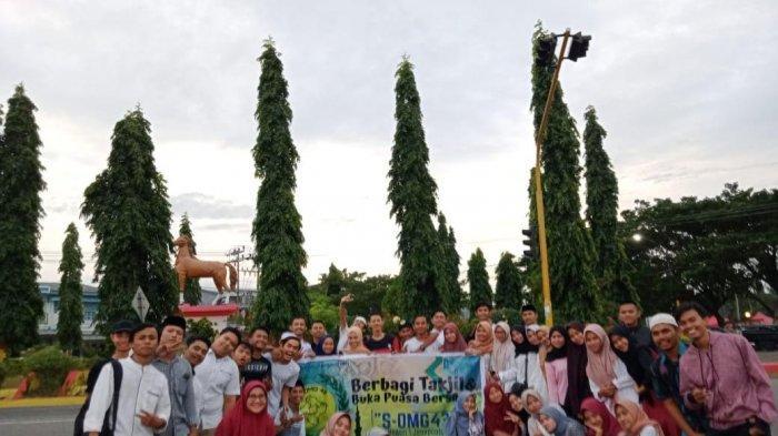 Jelang Berbuka, Alumni SMKN 1 Jeneponto Bagi-bagi Takjil