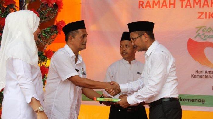 Hari Amal Bhakti Kemenag ke-72, Wakil Bupati Mamuju Wakaf Alquran