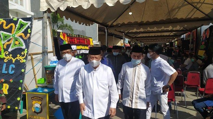 Sambangi Rumah Duka AGH Sanusi Baco, Mantan Gubernur Sulsel Amin Syam: Indonesia Kehilangan