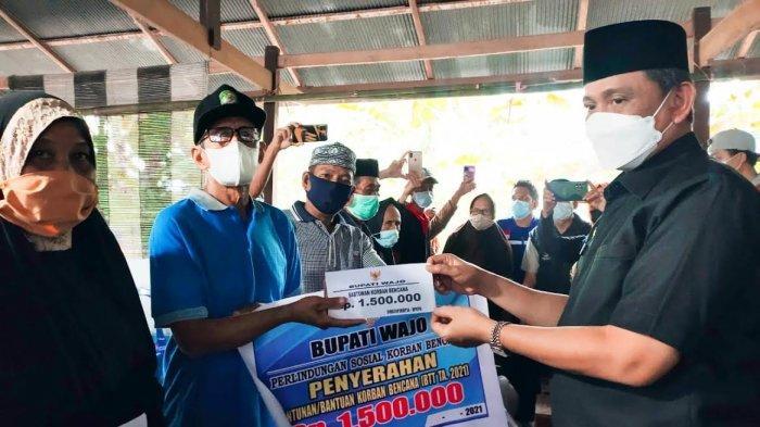 51 KK Korban Angin Kencang di Wajo Dapat Bantuan, Rumah Rusak Berat Dapat Rp2,5 Juta