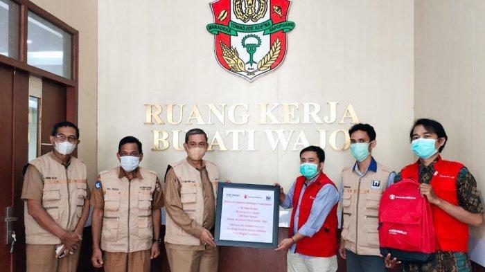 Save the Children Indonesia Bagi 3.780 Paket Belajar Siswa di Wajo