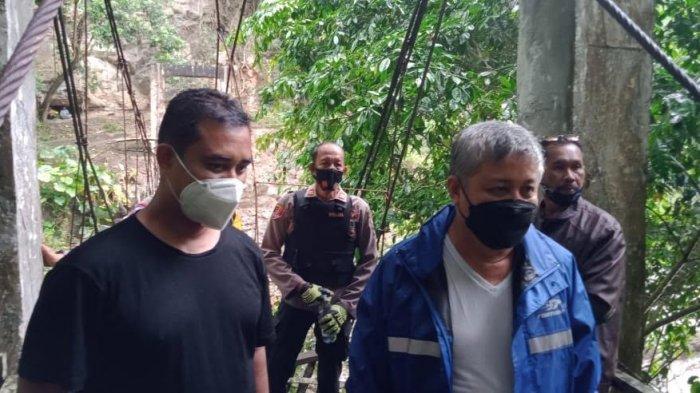 Bupati Pinrang Janji Perbaiki Jembatan Penghubung Antara Desa Kariango dan Bakaru Pasca Ambruk