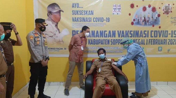 Bupati Andi Kaswadi Razak Orang Pertama Divaksin di Soppeng