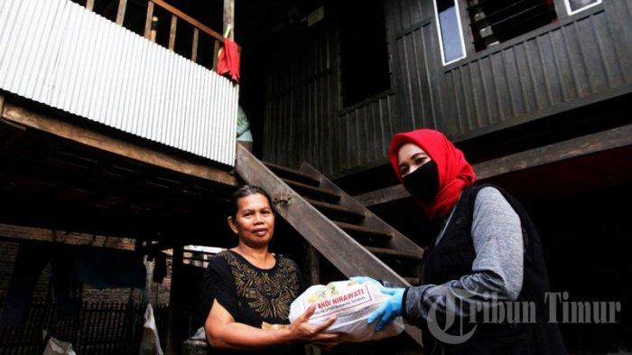 FOTO: Andi Nirawati Bagikan 15 Ribu Paket Sembako ke Warga Labakkang Pangkep - andi-nirawati-membagikan-paket-sembako-kepada-warga-di-kecamatan-labakkang-1.jpg