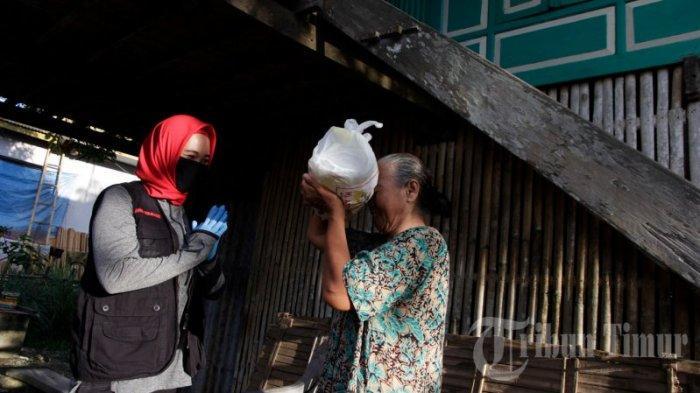 FOTO: Andi Nirawati Bagikan 15 Ribu Paket Sembako ke Warga Labakkang Pangkep - andi-nirawati-membagikan-paket-sembako-kepada-warga-di-kecamatan-labakkang-2.jpg