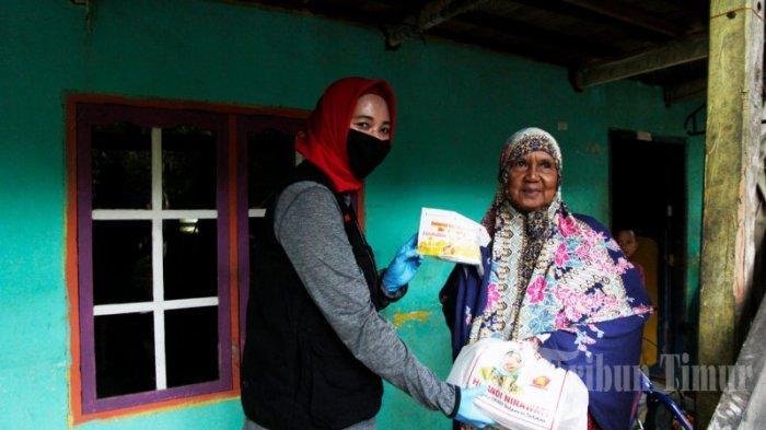 FOTO: Andi Nirawati Bagikan 15 Ribu Paket Sembako ke Warga Labakkang Pangkep - andi-nirawati-membagikan-paket-sembako-kepada-warga-di-kecamatan-labakkang-3.jpg