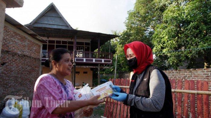 FOTO: Andi Nirawati Bagikan 15 Ribu Paket Sembako ke Warga Labakkang Pangkep - andi-nirawati-membagikan-paket-sembako-kepada-warga-di-kecamatan-labakkang-5.jpg